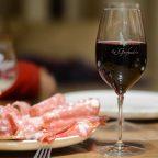 Verre de vin rouge Anjou Villagespour accompagner un plat de charcuterie